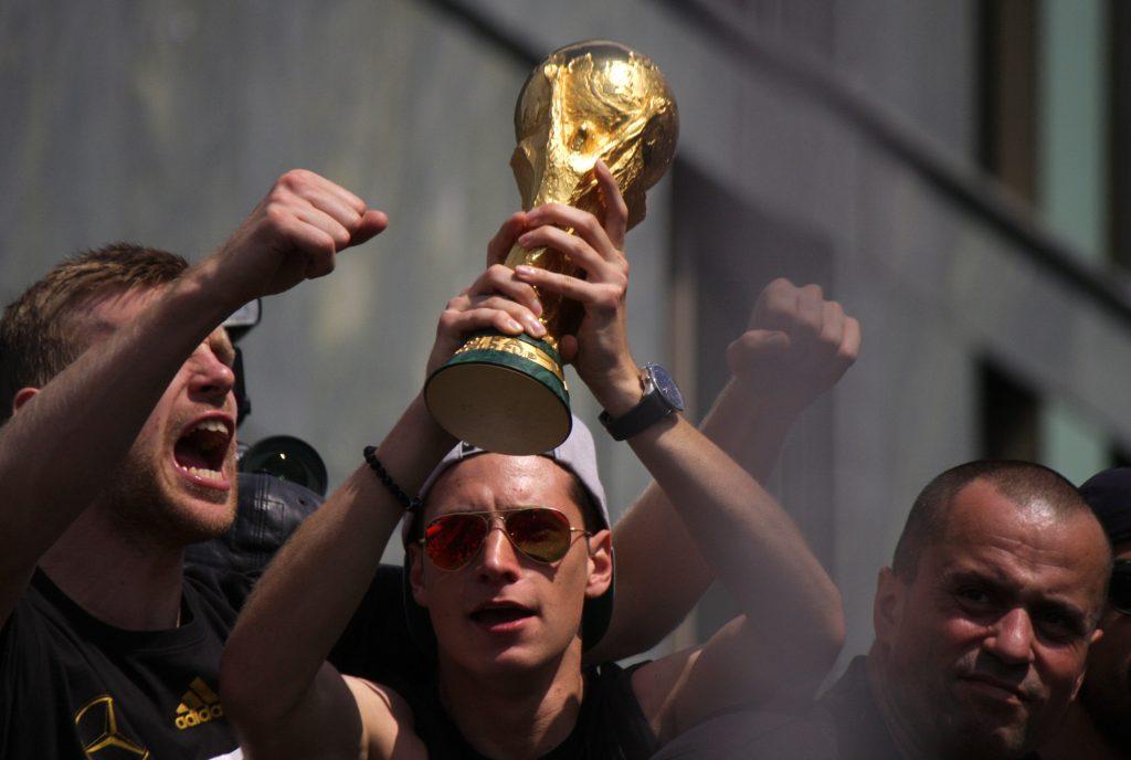 Julian Draxler hält den WM Pokal 2014 in seinen Händern! (Foto Shutterstock) - Bei der WM 2014 trug er die Rückennummer 14.