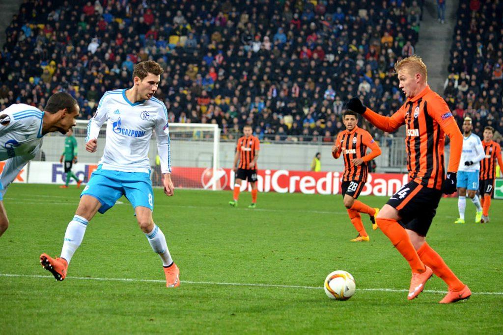Leon Goretzka mit der Nummer 8 auf dem FC Schalke o4 Trikot (Foto Shutterstock)