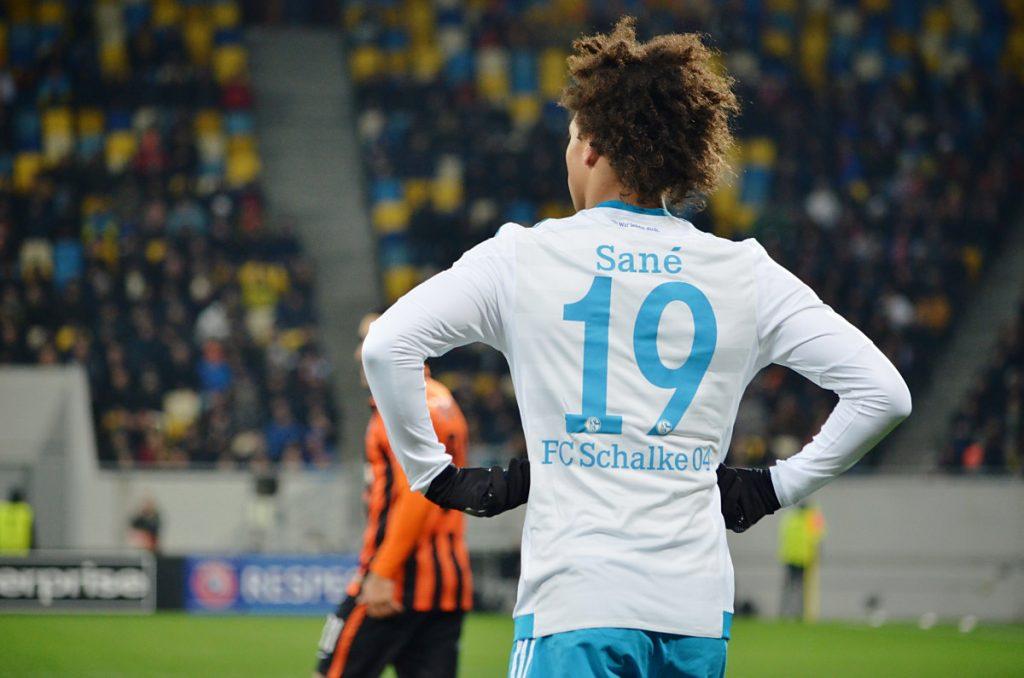 Die Nummer 19 von Leroy Sané im Schalke Trikot (Foto Shutterstock)