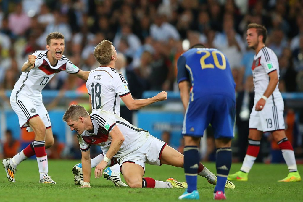Weltmeister Thomas Müller (links im Bild) trägt die 13 auf dem DFB-Trikot! (Foto Shutterstock)