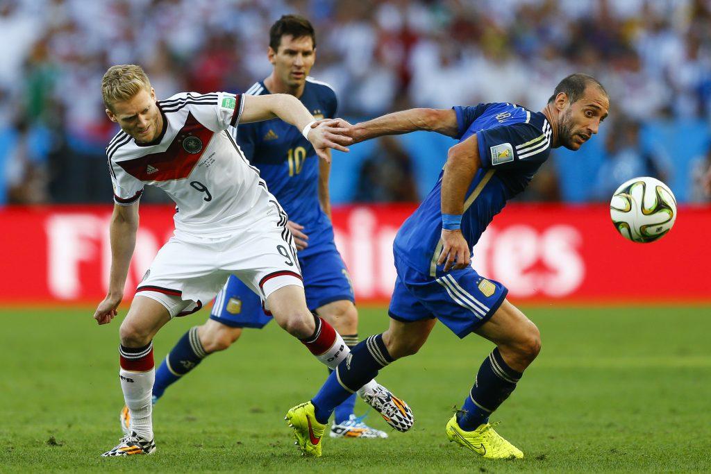 RIO DE JANEIRO, BRASILIEN - Am 13.Juli 2014: André Schürrle mit der Nummer 9 im WM-Finale vor Messi und Zabaleta (Foto Shutterstock)