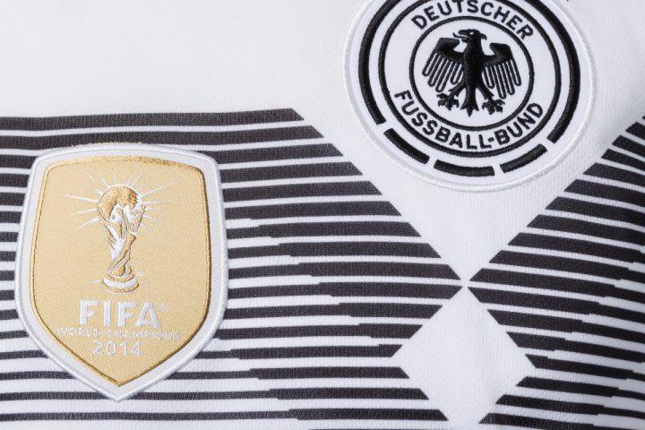 Das fifa-badge und das DFB-Emblem im Detail, darüber die 4 Meistersterne.