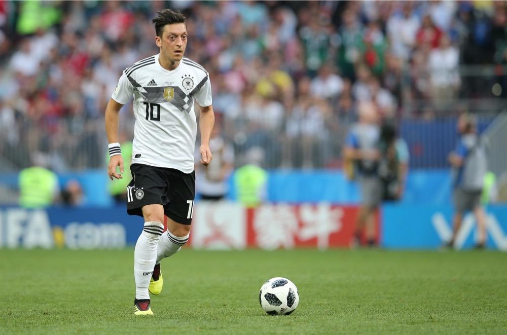 Mesut Özil mit der Nummer 10 auf dem Deutschland Trikot gegen Mexiko beim 1.Gruppenspiel bei der Fußball WM 2018 - Deutschland verliert im weißen WM-Trikot mit 0:1. (Marco Iacobucci EPP / Shutterstock.com)