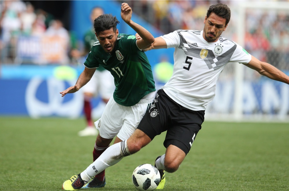 Mats Hummels mit der Nummer 5 auf dem Deutschland Trikot gegen Mexiko beim 1.Gruppenspiel bei der Fußball WM 2018 - Deutschland verliert im weißen WM-Trikot mit 0:1. (Marco Iacobucci EPP / Shutterstock.com)