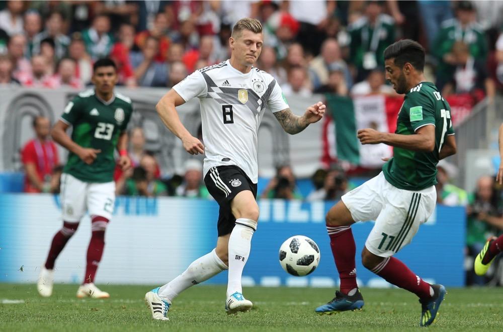 Toni Kroos mit der Nummer 8 auf dem Deutschland Trikot gegen Mexiko beim 1.Gruppenspiel bei der Fußball WM 2018 - Deutschland verliert im weißen WM-Trikot mit 0:1. (Marco Iacobucci EPP / Shutterstock.com)