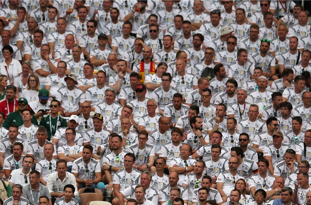 Deutschland Fans gegen Mexiko beim 1.Gruppenspiel bei der Fußball WM 2018 - Deutschland verliert im weißen WM-Trikot mit 0:1. (Marco Iacobucci EPP / Shutterstock.com)