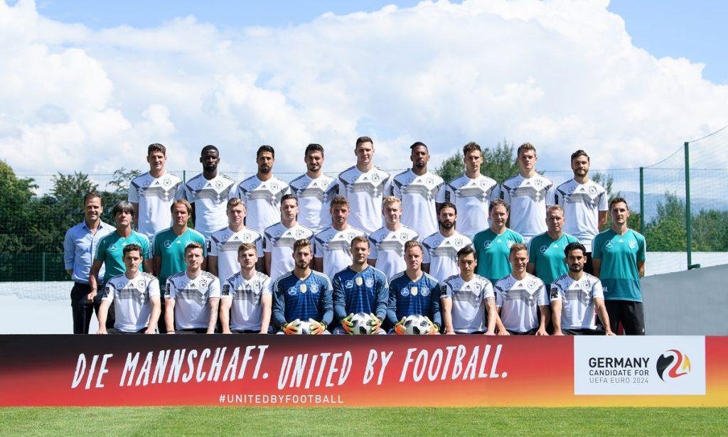 Die deutsche Fußballnationalmannschaft beim Mannschaftsfoto am 04.Juni 2018 im Trainingslager in Südtirol. Die Spieler tragen hier Traingingstrikot mit Mercedes Emblem und ohne goldenem FIFA-Badge. (Foto DFB)