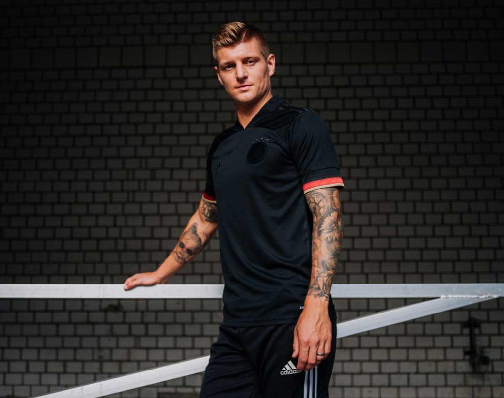Toni Kroos im neuen DFB Trikot Away (Foto adidas/DFB)